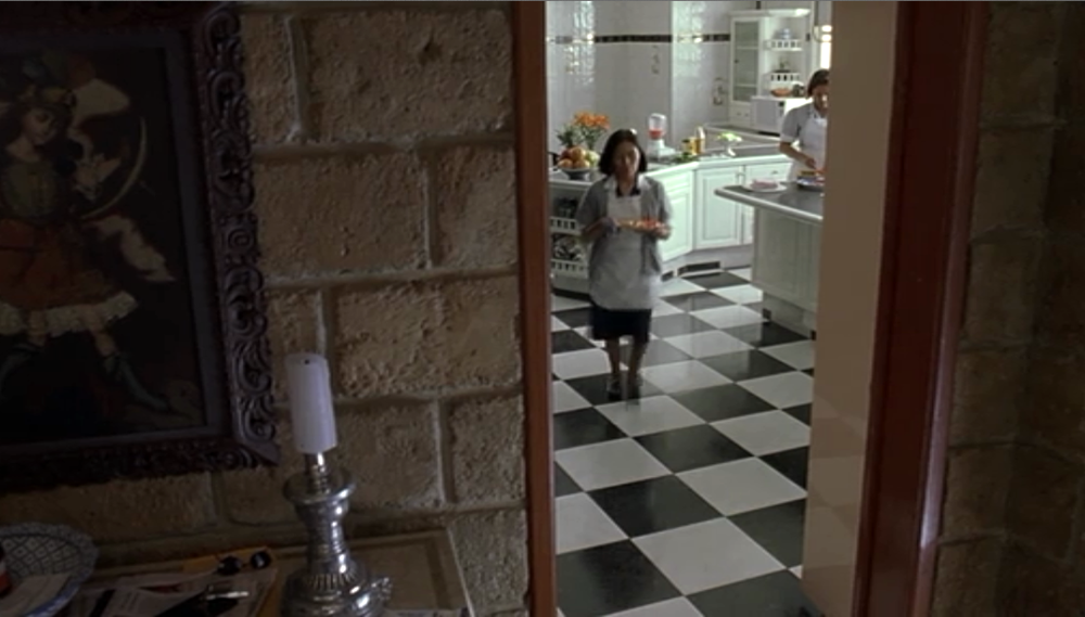 Fig. 6: Kameraet som køkkenskriver. Cuaróns kamera vandrer ofte bort fra de tre hovedkarakterer og indfanger upåagtede hjørner af den Mexikanske virkelighed.