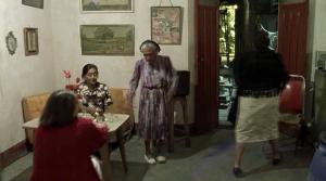 Fig. 7: Kameraet fanger en dansende ældre kvinde på sin vej ud til restaurantens køkken.