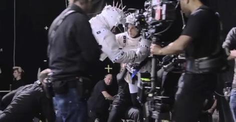 Fig. 10: Andre optagelser involverede dukkestrengsophæng (evt. delvis programmering af skuespillernes bevægelser), mens såvel scenen på jorden (65mm-film) samt de fleste af rumkabinescenerne var optaget i et traditionelt studie – som her, hvor kameraet er monteret på et Steadicam. De kunne dog stadig involvere robotstyret kamerabevægelse, og enkelte kamerabevægelser blev optaget i et motion capture-studie (se Bergery 2013).