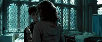 Fig. 16: Hermione hænger tidsvenderen om Harrys hals.