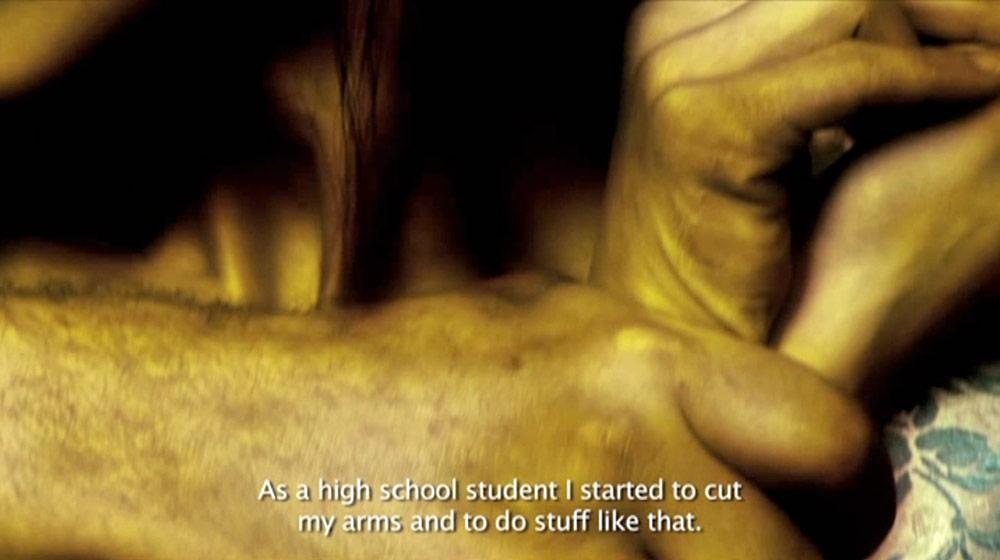 Fig. 7: Rebet strammes om kvinden i filmen, og måske føler vi selv en flig af smerten i vores kropslige afkodning af filmen.