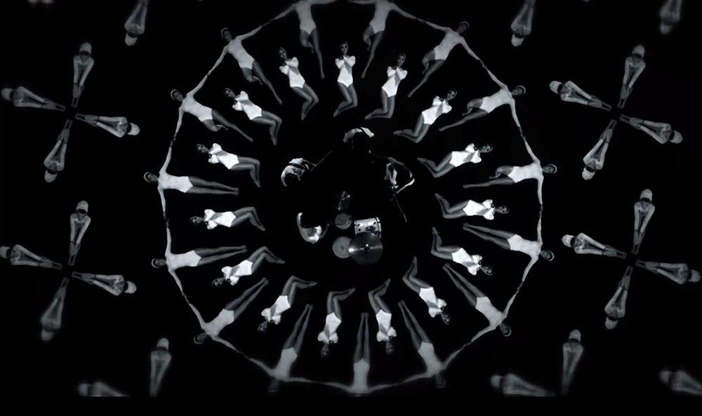 """Fig. 3: I musikvideoen til Cloud Nothings' """"Fall In"""" gøres der brug af en Busby Berkeley-lignende koreografi."""