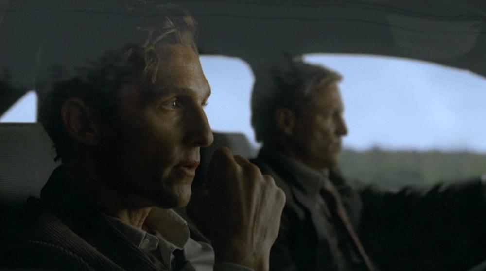 Fig. 2: McConaughey og Harrelson som henholdsvis Rust og Marty. Ikke mindst McConaugheys medvirken må siges at være lidt af et scoop i lyset af den himmelflugt hans karriere tog op til premieren på True Detective.