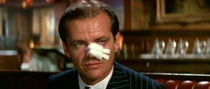 Fig. 3: Da Vidal skærer sig selv i del Toros film, minder det uvægerligt tilskueren om Roman Polanskis Chinatown (1974), hvor hovedpersonen J.J. Gittes (Jack Nicholson) bliver snittet i næsen.