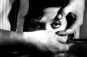 Fig. 7: En grusom men også central scene i Un chien andalou (1928).