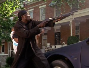 """Fig. 5: I erkendelse af at være omgivelsernes skydeskive er Omar fuldt bevæbnet, når han færdes i det offentlige rum. For Gisle gælder det, at han ejer sværdet Gråside, som siges aldrig at svigte sin ejer, og også han bærer våben: """"Gisle var også udstyret med en økse og havde et sværd og et skjold ved siden."""" (Gisles saga, s. 48)."""