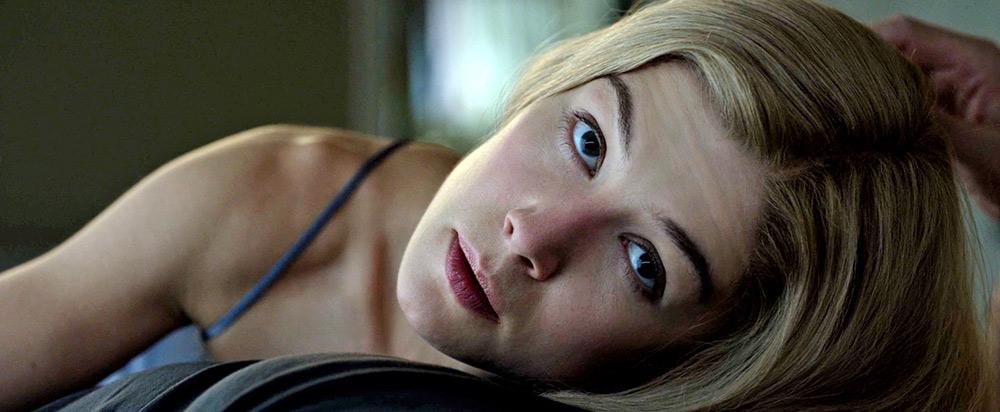 """Fig. 13: Vi kan passende forlade Finchers mørke univers med en """"mindfucker of the first degree"""". Amy Dunns måske undersøgende, måske truende blik…"""
