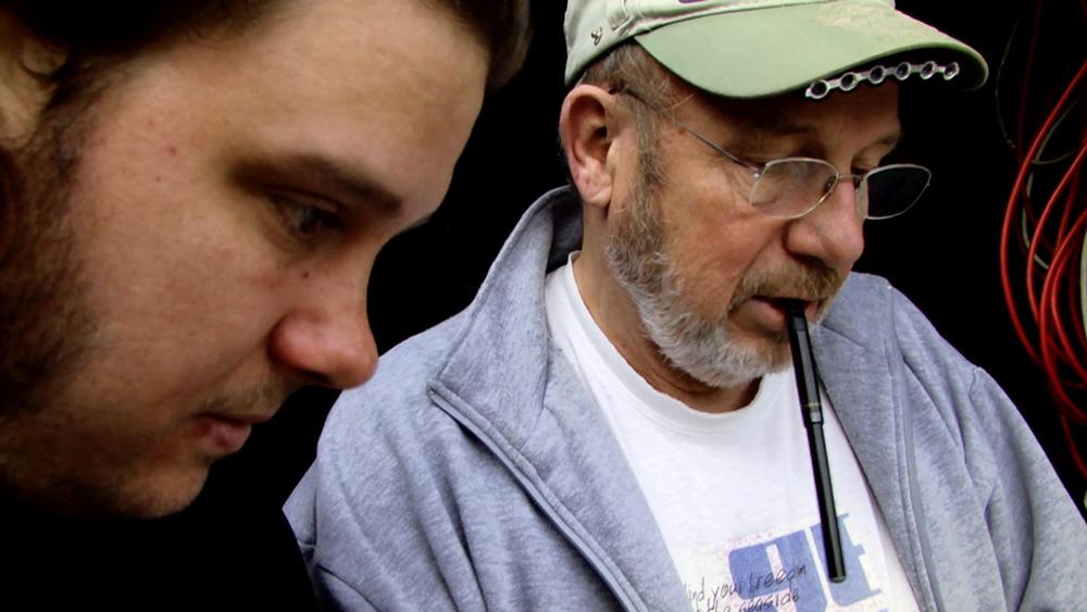 Fig. 2: Henrik (tv) og faderen, som Henrik i filmen frigør sig fra. Arvesagen giver anledning til at afdække de svigt, som Henrik og broderen Christian har været udsat for i deres barndom.