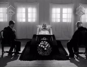 Fig. 2: Friedkins visuelle strategi i forhold til iscenesættelsen af de overnaturlige elementer i The Exorcist (1973) var inspireret af Dreyers behandling af en genopstandelse i sin film Ordet (1955).