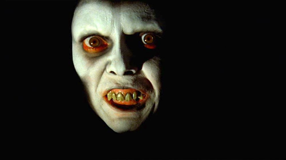Fig. 13: Friedkins subliminale indklip af dæmonens ansigt illustrerer, hvordan dæmonen gradvist er ved at overtage Regans krop og sjæl. Begge subliminale nærbilleder af dæmonens ansigt var afviste make-up-tests af Regans besættelse.
