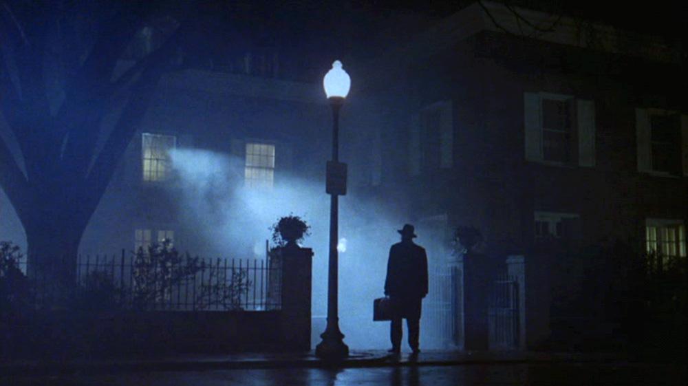 Fig. 18: Friedkin iscenesætter Merrin som en arketypisk borgerlig faderfigur, da han står uden for MacNeil-familiens hus.