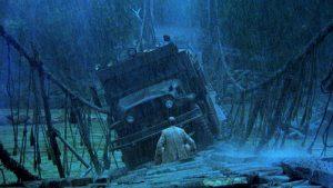 Fig. 4. I en af Sorcerers mest nervepirrende actionscener skal den ene lastbil krydse en pilrådden bro i junglen. Scenen var livsfarlig at optage for filmholdet og skuespillerne. Under masterclassen erkendte Friedkin, at det var dumt og arrogant af ham at bringe andre mennesker i livsfare.