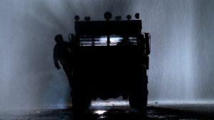 """Fig. 6. Den dystre silhuet af,  forbrydernes lastbil, som har det tematisk ladede navn """"Sorcerer"""" malet på siden af skroget. Regnen giver associationer til floden Styx, som de dødelige må krydse på deres rejse til dødsriget i græsk mytologi."""