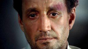 Fig. 11. Jackie har et tomt blik i ansigtet, da han sidder på en bar efter at have fuldført selvmordsmissionen og stået ansigt til ansigt med døden.