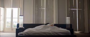 Fig. 4. Nick Caves kone ligger ensom tilbage i den efterladte alt for store dobbeltseng.