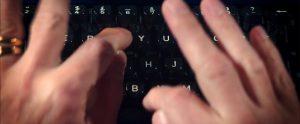 Fig. 7. Nick Caves fingre omsætter tanker, minder og idéer til ord på skrivemaskinen.