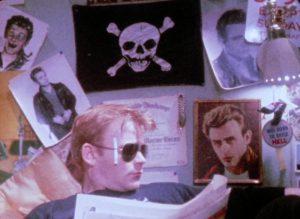 Fig. 11. Scorpios teenageværelse er et visuelt katalog af popkulturel ikonografi, der afspejler karakterens underbevidsthed. Væggene er tildækkede med plakater af afdøde James Dean.