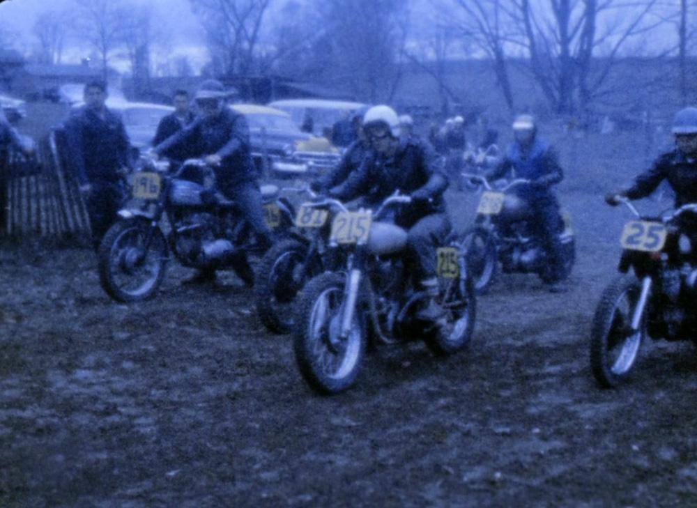 Fig. 17. Bikerne gasser deres metalhingste op.