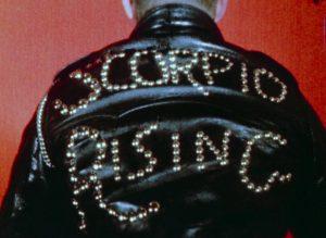 Fig. 3. Filmens titel formuleres på ryggen af en bikers læderjakke.