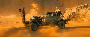 Fig. 6: Mange af filmens shots er monokrome eller holdt i få, gennemgående farver.