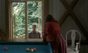 Fig. 3: Vera smadrer vinduet ved siden af Sven.
