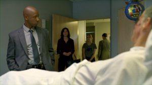 Fig. 11: Maggie og døtrene besøger Martin på hospitalet efter at han og Rust omsider har løst sagen. I afsnit 4 videreformidler Rust et ønske fra Marty om tid med børnene, da han taler med Maggie. Her efterkommes hans ønske fire afsnit og 17 år senere.