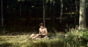 Fig. 5: Victor (spillet af 18-årige William Jønck Nielsen, som man måske husker som drengen Christian i Susanne Biers Hævnen) fascineres forståeligt af sin svenske tante spillet af Malin Crépin.
