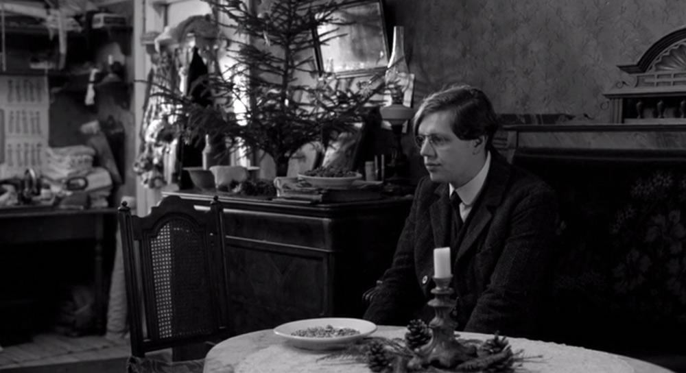 Fig. 6: Her har Haneke sat endnu en karakter i venteposition. Læreren fra Das weisse Band venter på en tomandssnak med kæresten Evas far.