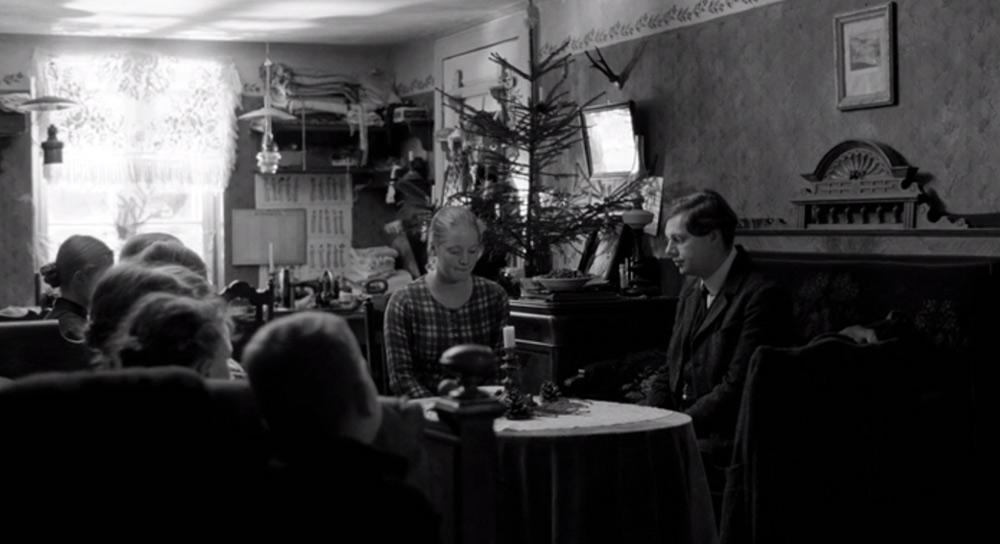 Fig. 7: Pinlig tavshed i rummet, hvor kæresteparret beglos af Evas mange søskende.