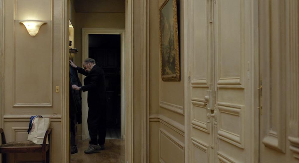 Fig. 9: George, der taler til Anne, som har bevæget sig ind i rummet ved siden af og altså uden for vores synsfelt.