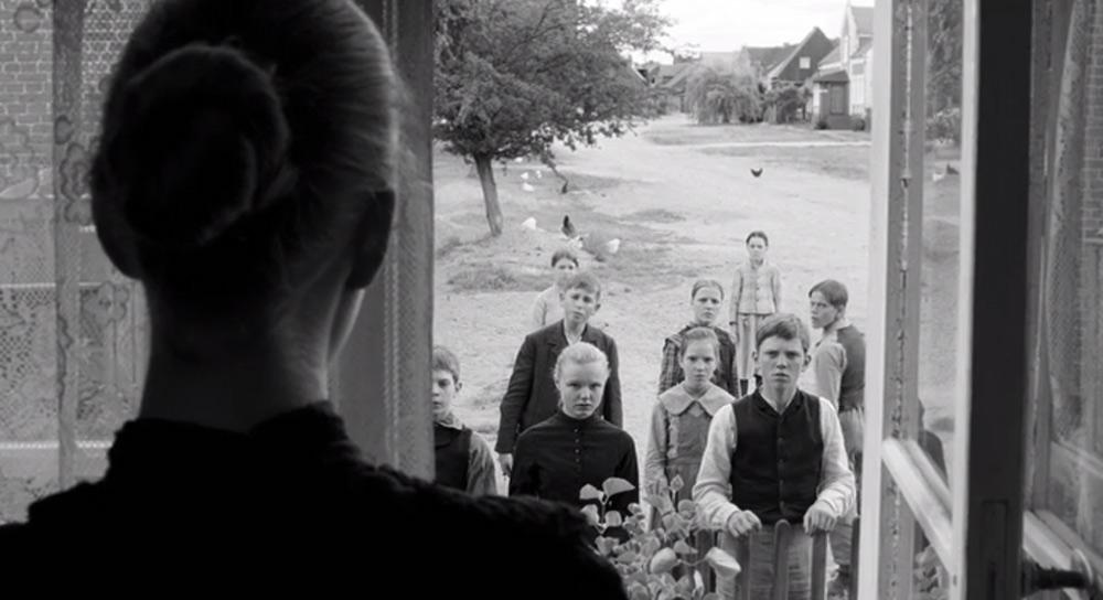 Fig. 15: Her en frame, der viser, at landsbyens børn på mistænksom vis dukker op i tide og utide.