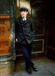 Fig. 4:Thommy Berggren er Joe Hill! Her i New Yorks gader efter ankomsten til USA, skildret i filmens berømte indledning.