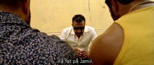 Fig. 2: Mahmoud, der er Jamils modstander indtil slutningen af filmen, pudser sine håndlangere på Jamil.