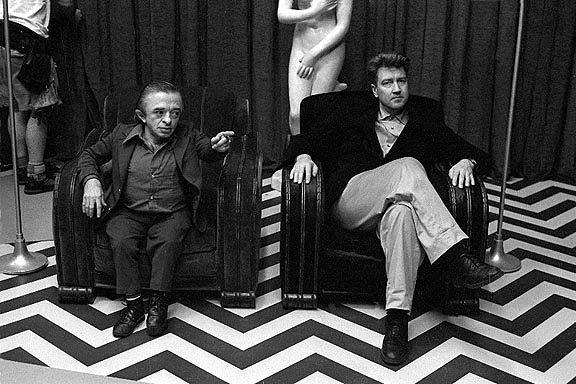 Fig. 1: TV-auteuren David Lynch på et af de karakteristiske Twin Peaks-setstykker sammen med skuespilleren Michael J. Anderson.
