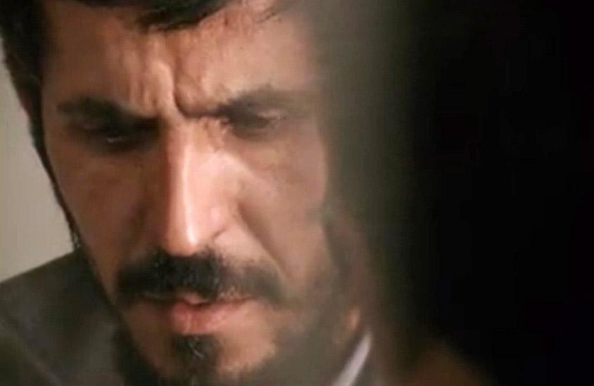 Fig. 6: Realisme kan bl.a. markeres gennem en upåfaldende æstetik, men man kan også give fornemmelsen af autenticitet gennem heftig brug af zooming, flaksende håndholdt kamera mv., som set i Abbas Kiarostamis Close-Up (1990).