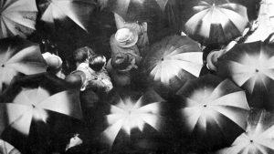 Fig. 8: Anne Jerslev gennemgår de tre dokumentarformer (den poetiske form, den autoritative form og den observerende form). Den poetiske form repræsenteres bl.a. af storbysymfonien Regen (1929).