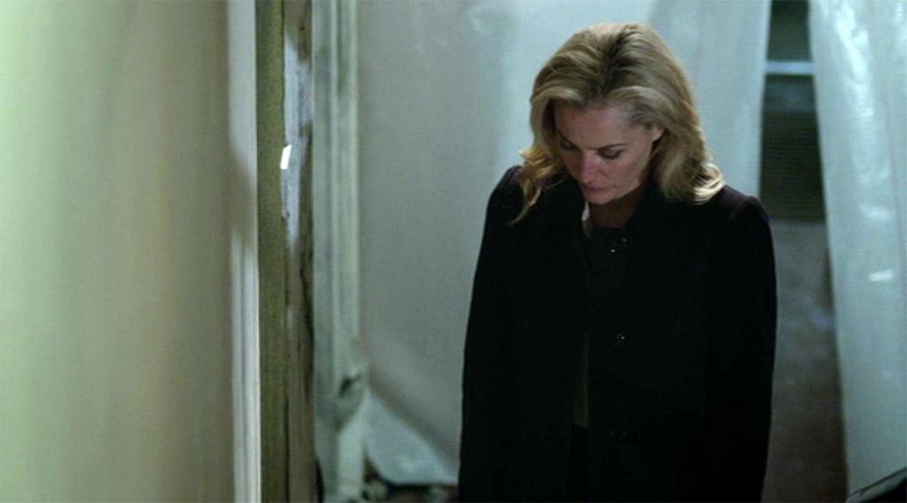 Fig. 6: Stella på vej op ad trappen. Kameraet tilter med ned, da hun bøjer sig ned og samler bevisnumrene op og følger hende op ad trappen