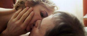 Figur 16: Filmens markante fiktionslag introduceres også med dette skift fra nutidens autentiske Stanislav til fiktionsfremstillingen af lykkelige tider for Stanislav, før hans kone Raya rammes af kræften.