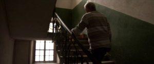 Figur 19: Stanislav på vej op ad trappen for at besøge sin mor, som han ikke har set i årevis.