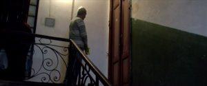 Figur 23: Den ensomme mand (i total) venter på, at moderen åbner døren, og sammen med ham afventer vi med spænding hendes reaktion.