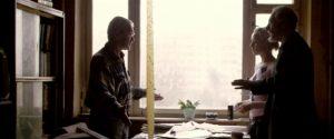 Figur 29: Tidligt i filmen kommer Stanislav i konflikt med en amerikansk journalist, da han bliver vred over, at journalisten bliver ved med at spørge til hans moder. Scenens kontinuitet er påfaldende sømløs, og den er faktisk optaget af to omgange.