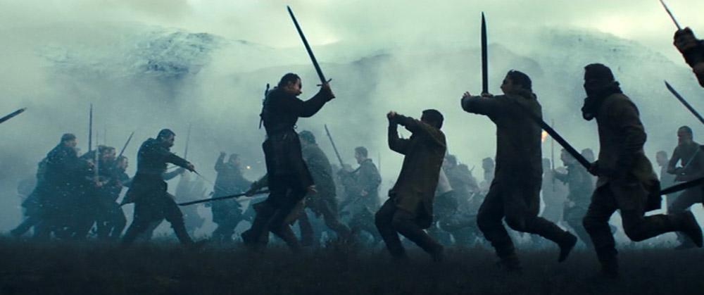 """Figur 6: """"Brave Macbeth - well he deserves that name"""" (Act 1 Scene 2). I Shakespeares stykke formidles Macbeths mod på slagmarken via dialogen. I Kurzels film får vi syn for sagen!"""
