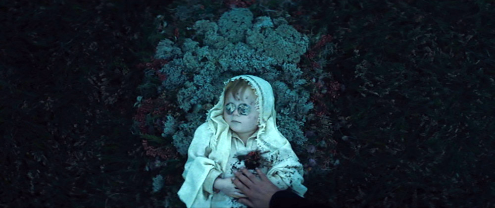 Figur 11: Meningerne er delte om Kurzels tilføjelse til Shakespeares tragedie, hvor han lader Macbetherne begraver deres barn i filmens første scene.