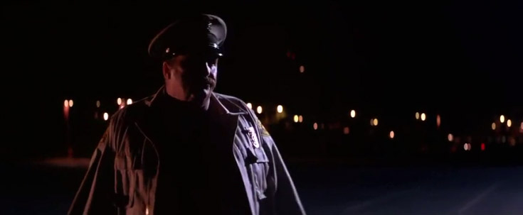 Fig. 7: Det virkede ildevarslende, da David reagerede med et smil på politibetjentens sanktioner, og den tykke politimands ensomme vandring til parkeringspladsen ledsages derfor af en knugende suspense.