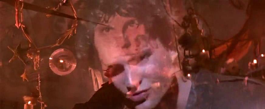 Fig. 15: Michael er ved at forandre sig, og hans gradvise forandring illustreres i en række velvalgte overtoninger, som også kobler den unge vampyr med den ikoniske rockstjerne Jim Morrison, der var genstand for stor fascination og kultdyrkelse, ikke mindst blandt unge kvinder.