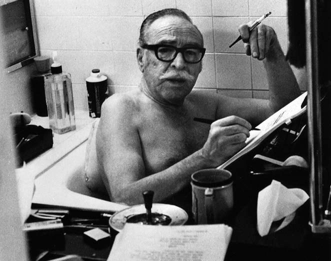 Fig. 1: Dalton Trumbo arbejdende i badekarret.