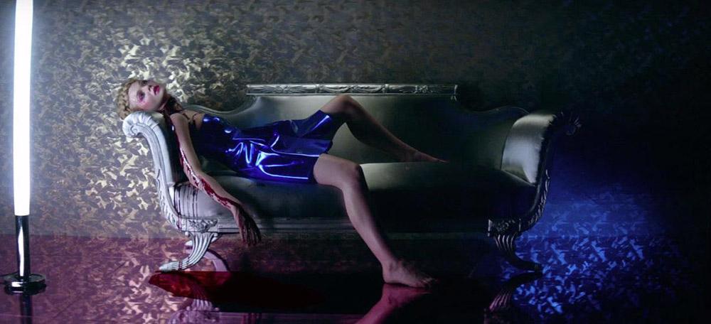 Fig. 1. Åbningsscenen i The Neon Demon – Refn byder velkommen til sit hyperstiliserede univers af tableauer.