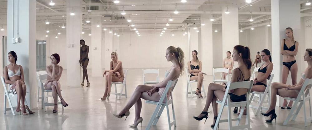 Fig. 7. Den eftertragtede modedesigner får øjnene op for Jesses skønhed i en af filmens mange symmetriske billedkompositioner.