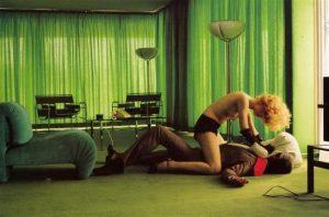 Fig. 9: Helmuth Newtons mange billeder – her: Green Room Murder (1975) – fungeret som nogle af de kompositionelle og æstetiske klangbunde for The Neon Demon.