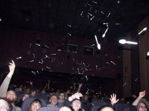 Fig. 1: Spoon! Et veloplagt publikum viser deres påskønnelse af The Room.